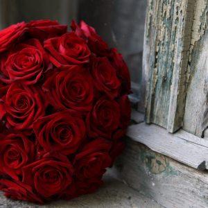 roses_flowers_bouquets_balloon_window_sill_window_cracks_23273_3840x2400